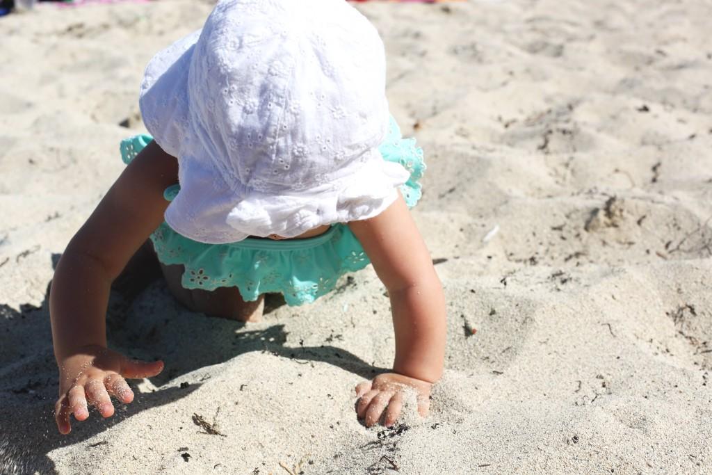 raczkowanie na plaży