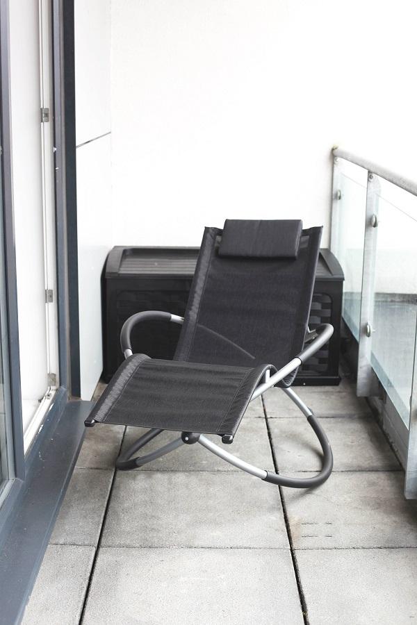 leżak na balkonie