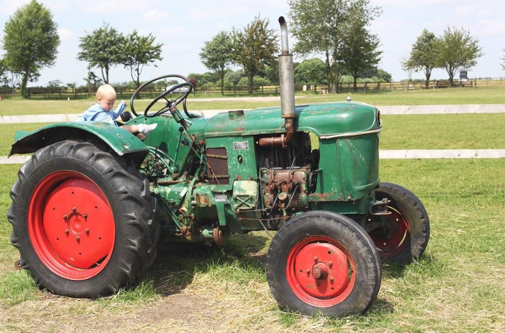 milla na dużym traktorze