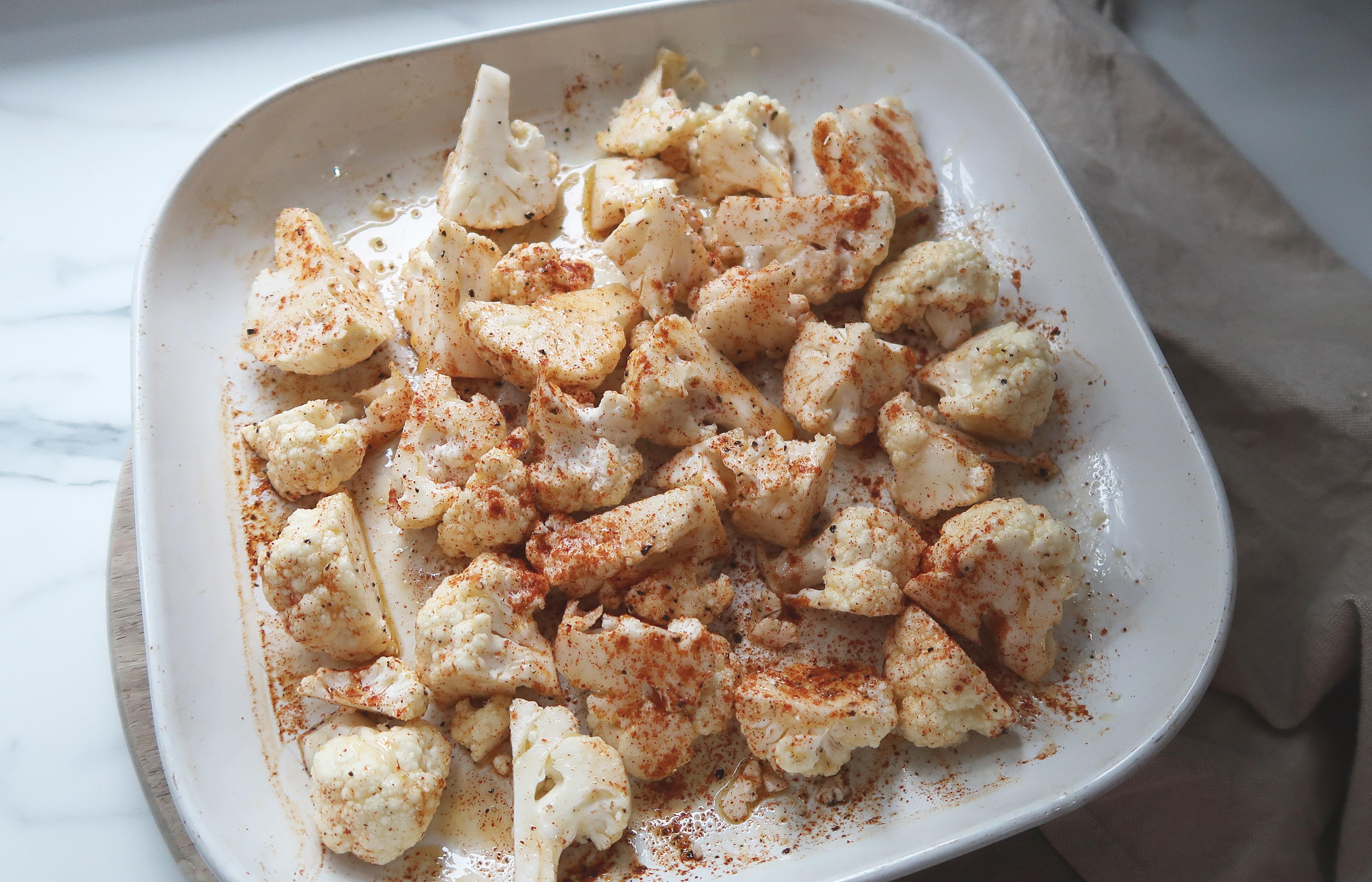 pieczony-kalafior-z-sosem-czosnkowym